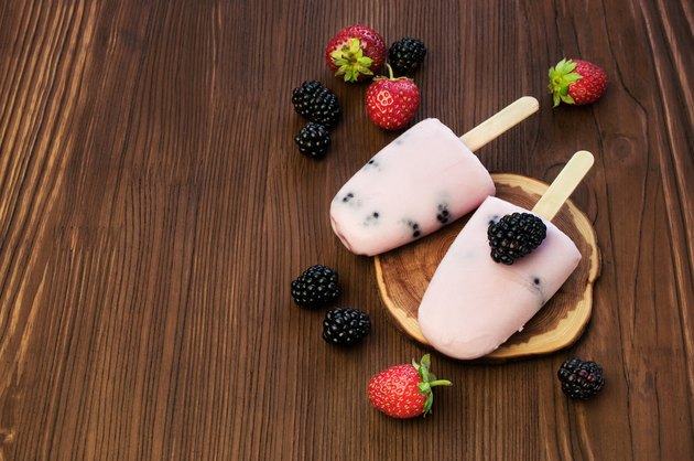 Fruit and yoghurt ice-lolly with strawberries and blackberries