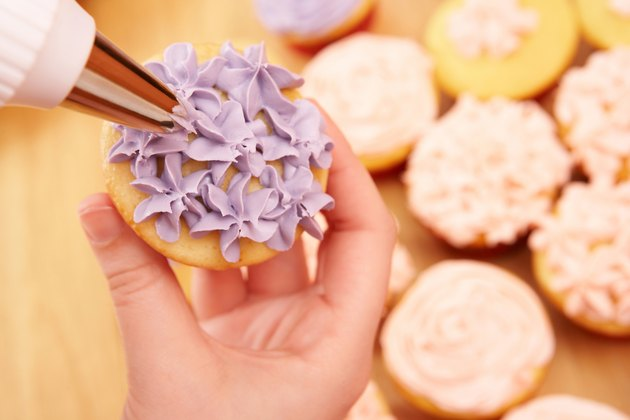 Decorating cupcake with frosting