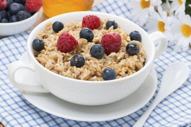 oat porridge with fresh berries