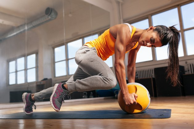 Woman doing intense core workout in gym