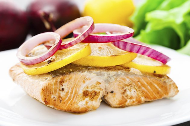 Salmon steak with lemon and onion