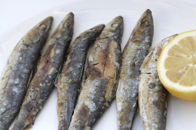 Fried sardines with lemon
