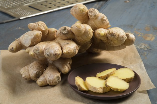 Whole ginger and slices