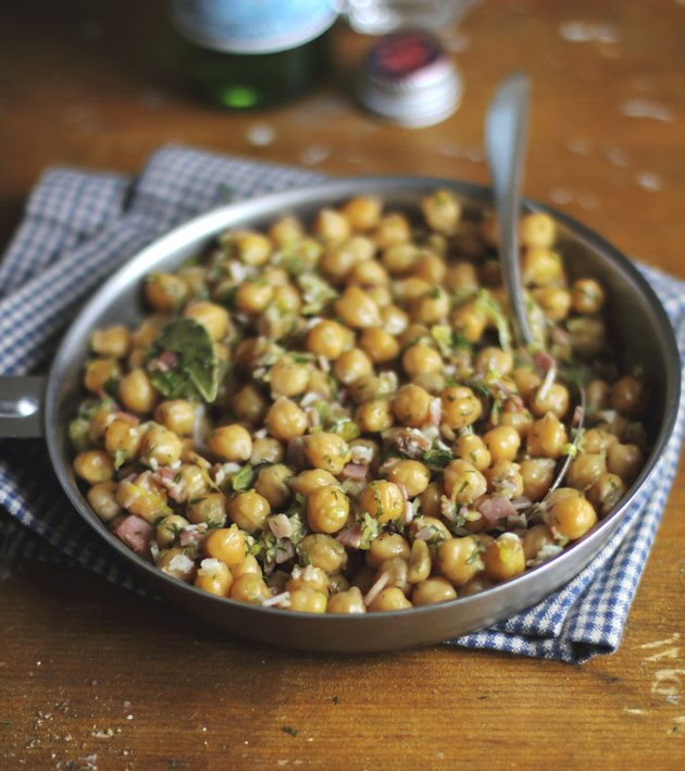 Chickpea stew with bacon, leek