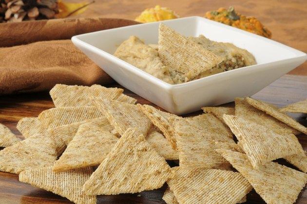 Wheat crackers with garlic spice hummus