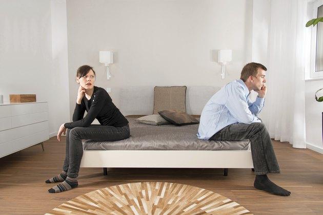 Junges Paar: Ehekrach im Schlafzimmer