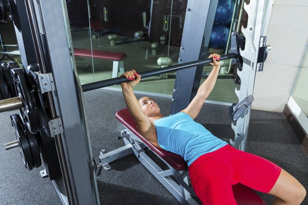Bench press girl flat multipower Smith machine