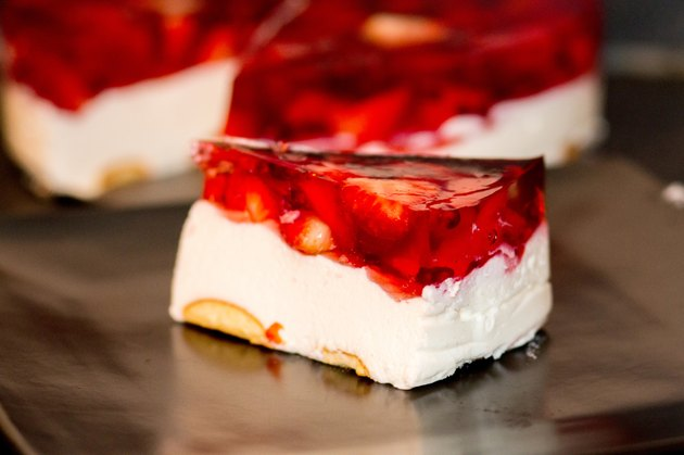 delicious strawberry jelly cake - homemade strawbery cheesecake