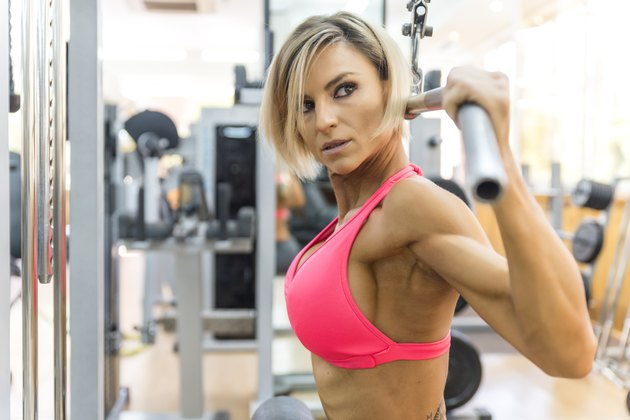 Blonde sexy bodybuilder pulldown practice