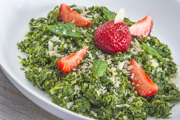 Salad of green kale with strawberries