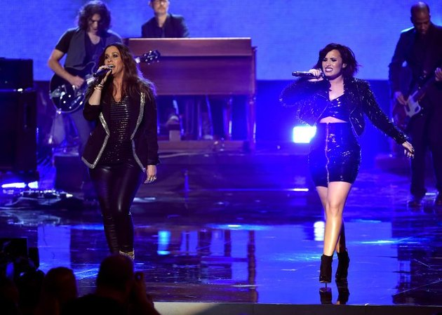 Singers Alanis Morissette and Demi Lovato perform onstage during the 2015 American Music Awards at Microsoft Theater on November 22, 2015 in Los Angeles, California.  (Photo by Kevin Winter/Getty Images)