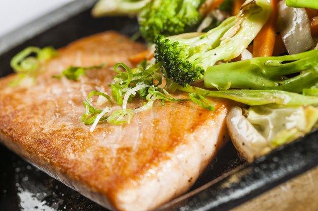 Salmão grelhado com vegetais