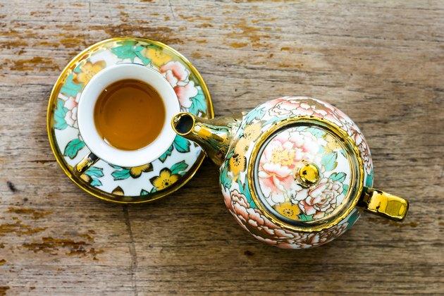 Chinaware tea pod and small drinking bowls