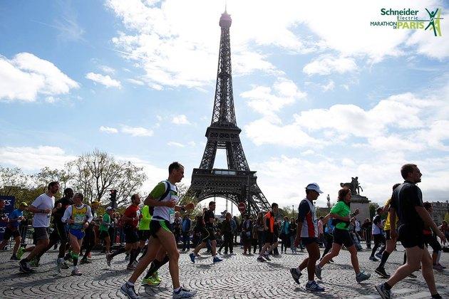 People running the Paris Marathon