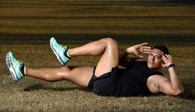man doing bicycle crunches