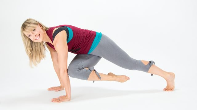 Elise Joan demonstrates how to do a Cross-Knee Extension Plank