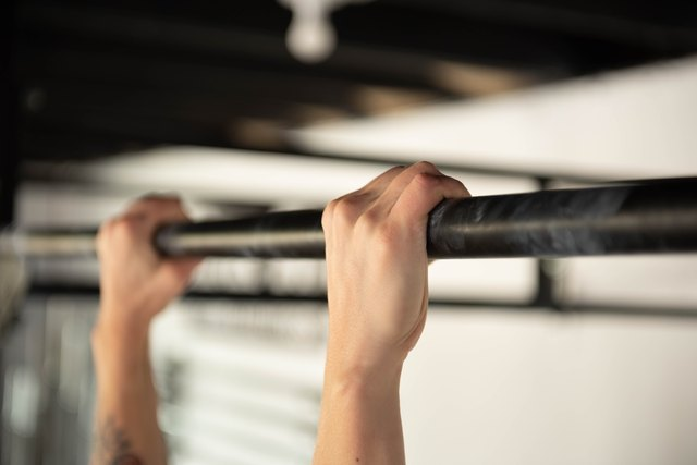 A 15-Minute Strength-Training Workout Using Only a Pull-Up Bar