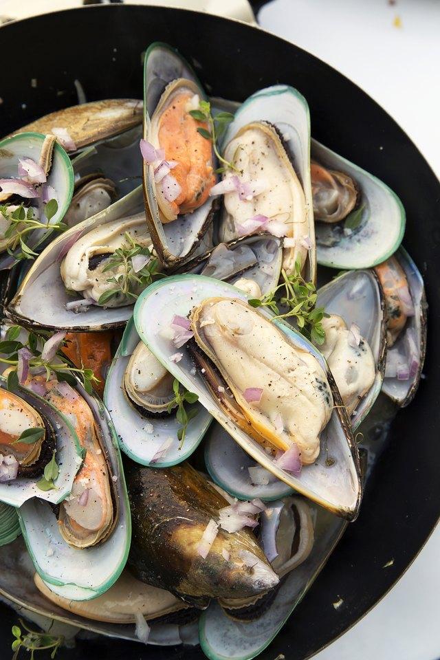 Stir-fried sea mussels in pan
