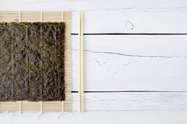 Dried seaweed, chopsticks and makisu