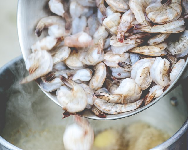 How to Cook Raw Shrimp Without a Steamer