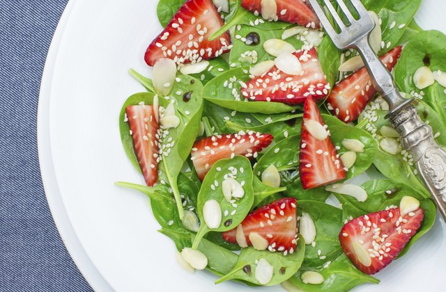 Spinach and strawberries light salad