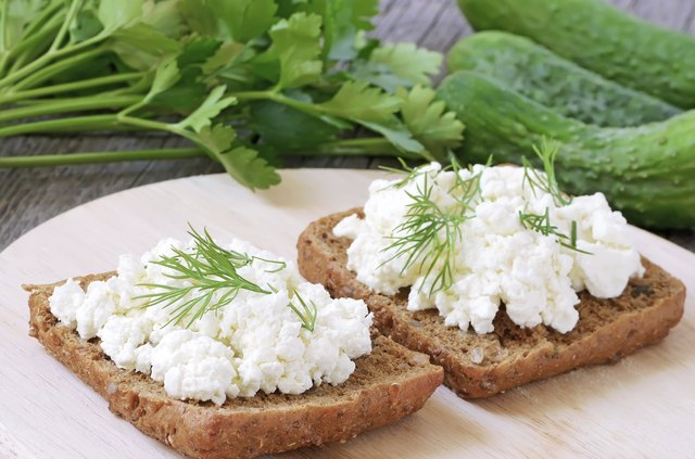 Sandwiches with curd cheese and vegetable