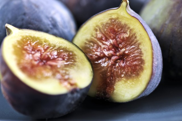 Plate of sliced figs