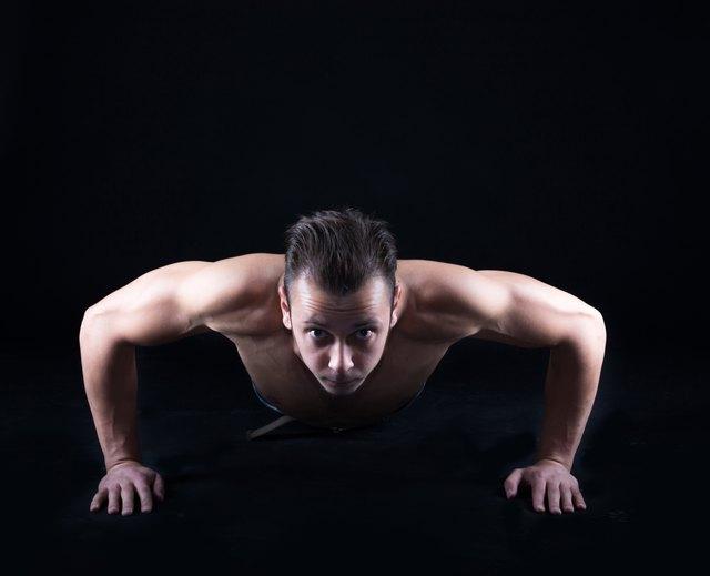 Man execising push ups