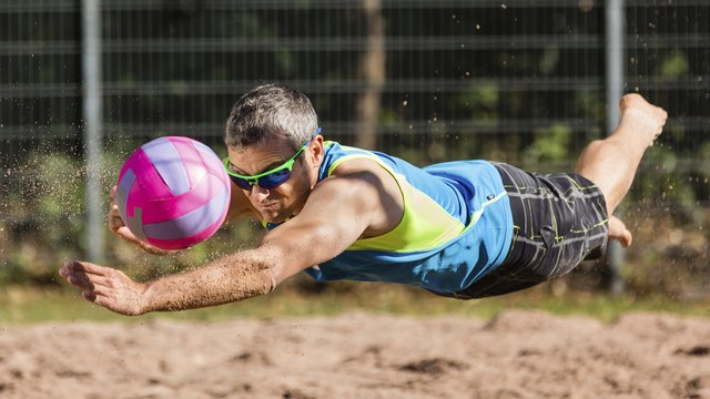 Beachvolleyballer flying