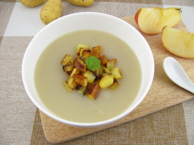 Potato soup with roasted apple pieces