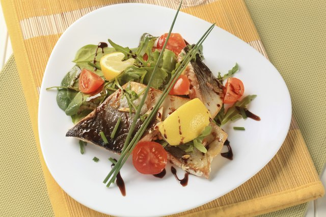 Fish fillet with salad greens and tomatoes