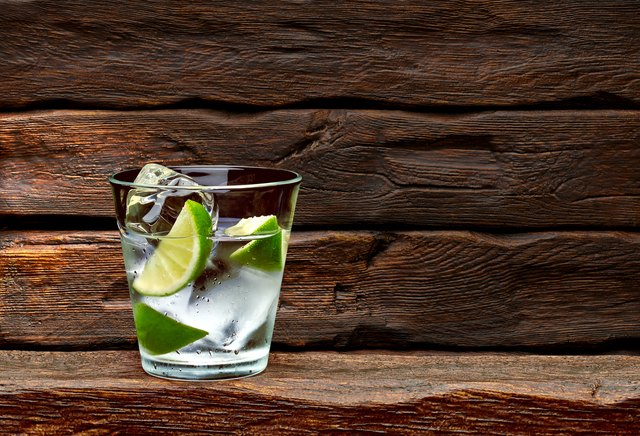 Gin tonic with lime wedges