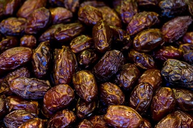 Nutrition of Dates & Raisins
