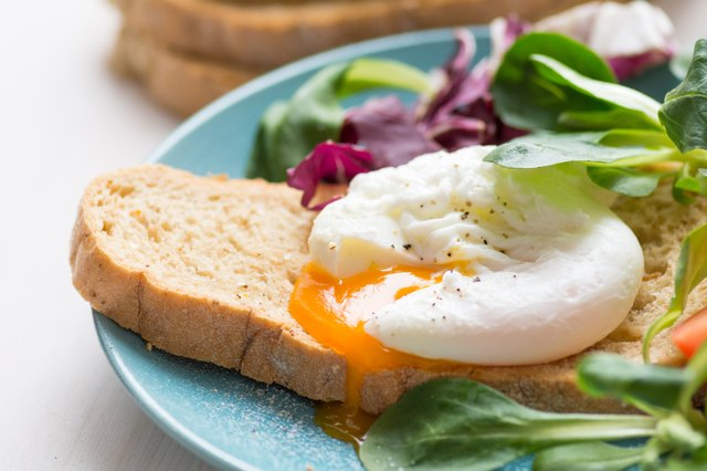 Poached egg on whole wheat toast