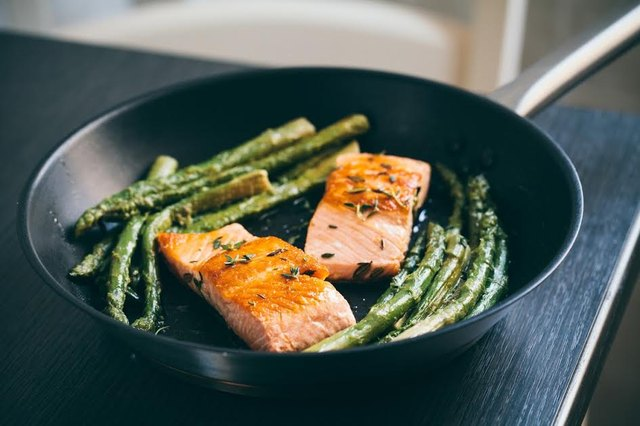 Salmon and asparagus in pan muscle building diet
