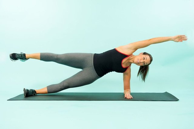 woman doing a side plank crunch