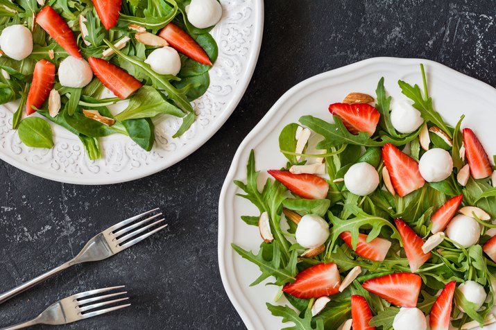 Salad with arugula, strawberries, almonds and mini mozzarella balls