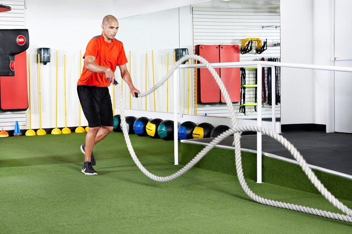 Man doing in-and-out run with alternating waves with the battle ropes